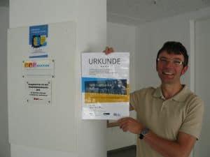 Jörg Weinreich mit der Urkunde