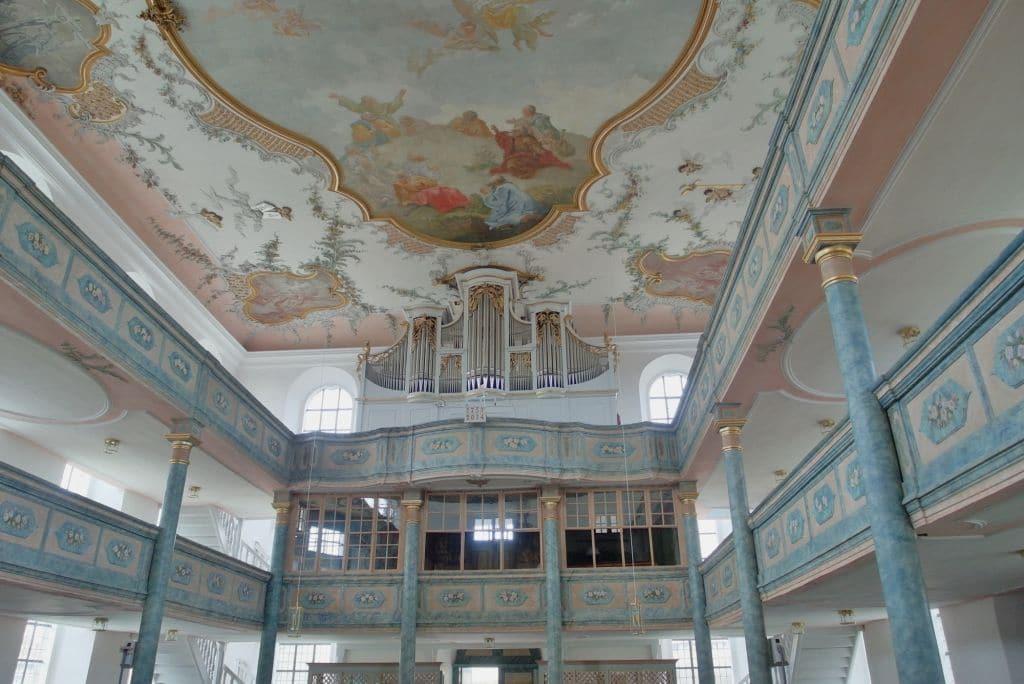 markgrafenkirche-neudrossenfeld-orgelemporenfront-mit-decke