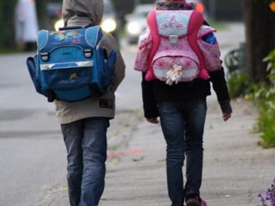 Zwei Schulkinder unterwegs