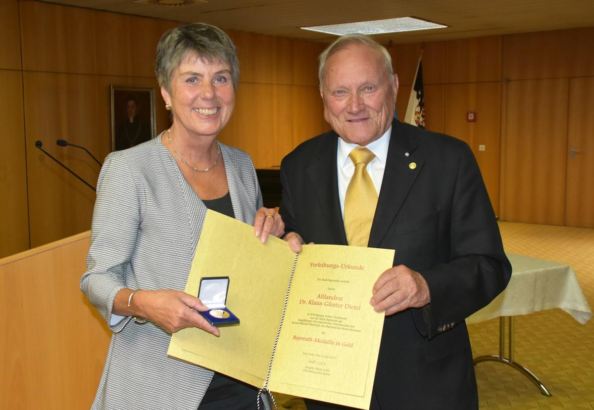 Oberbürgermeisterin Brigitte Merk-Erbe zeichnet Altlandrat Dr. Dietel mit der Bayreuth-Medaille in Gold aus