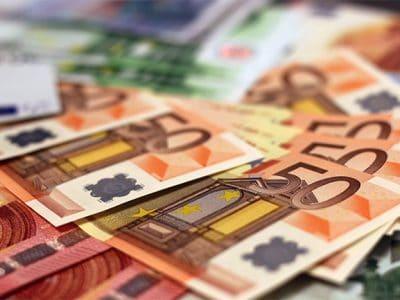 Mehrere übereinander liegende Euroscheine.