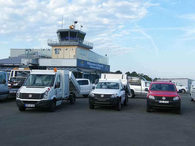 Flugplatz mit Autos
