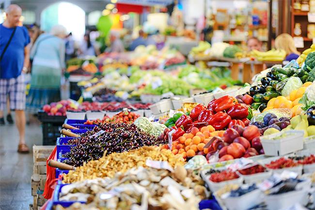 Verkaufsstände mit Gemüse und Obst.