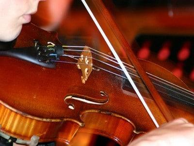 Junge Frau spielt Violine.