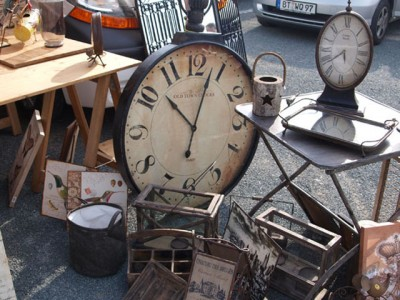 Blick auf eine große Uhr und weitere Verkaufsgegenstände.
