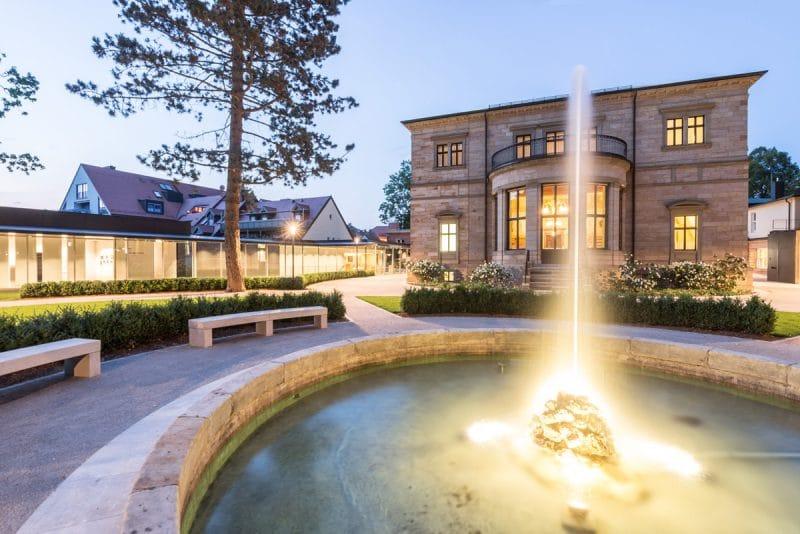 Haus Wahnfried mit Springbrunnen in den Abendstunden.