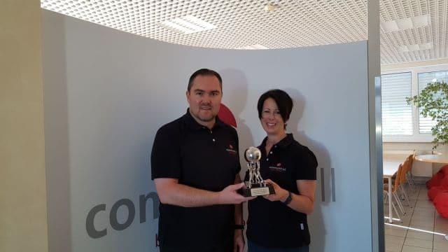 communicall-Geschäftsführer Peter Eichmüller und Sabine Kuropka freuen sich über den Award des Call Center Club