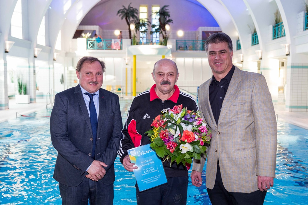 Jubiläumsbadegast Robert Hümpfner mit Bäderleiter Harald Schmidt und Thomas Schmeer, Leiter des Stadtbades.