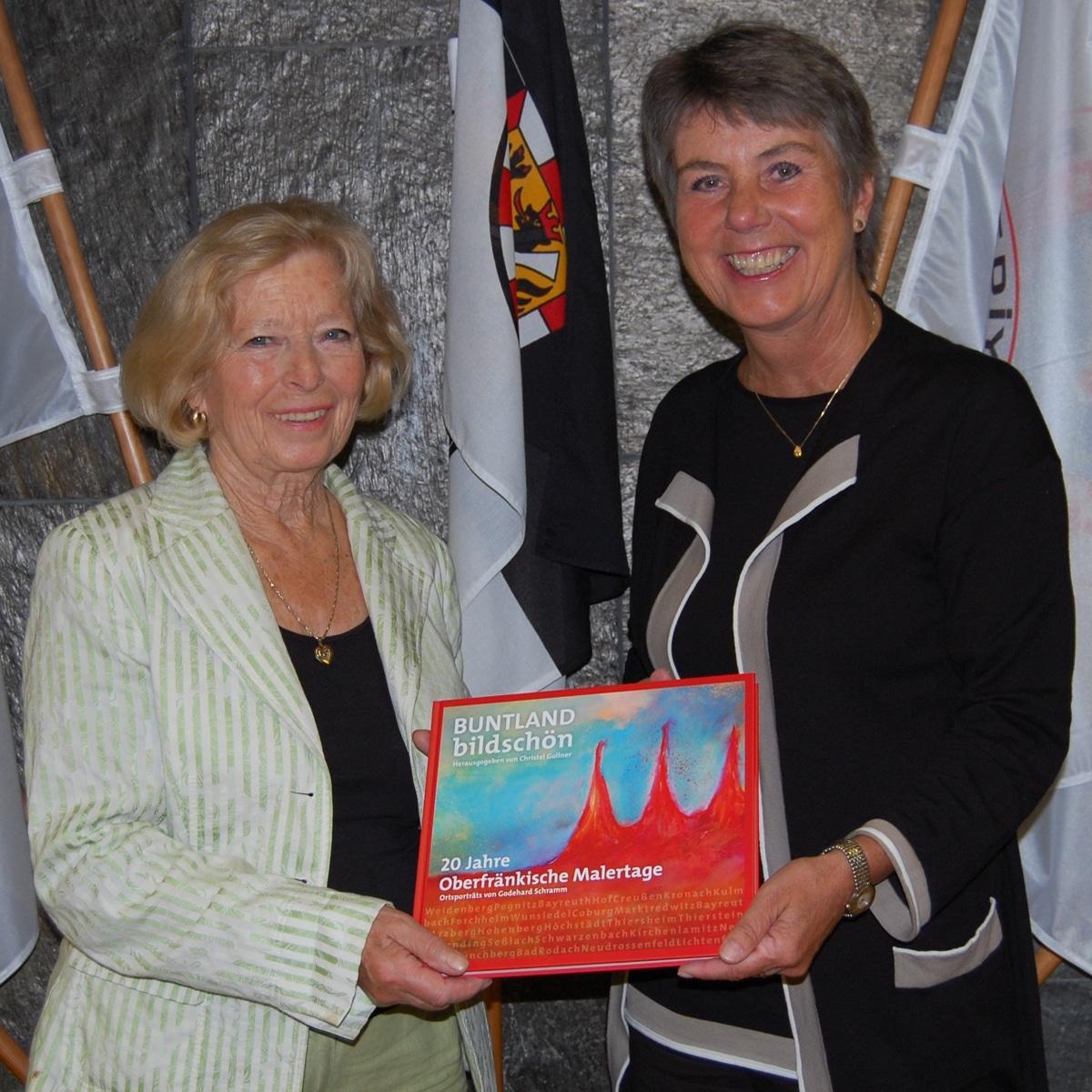 Christel Gollner übergibt OB Brigitte Merk-Erbe das Buch