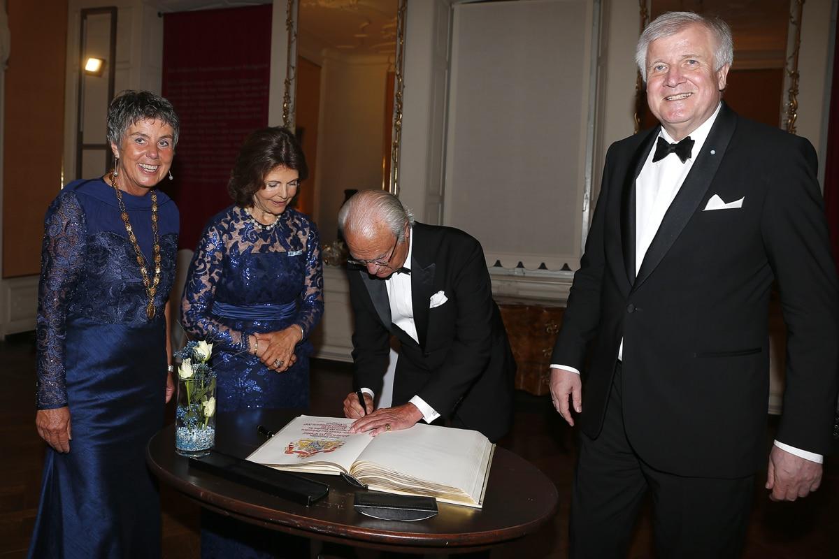 Schwedens König Carl Gustav und Königin Silvia tragen sich ins Goldene Buch der Stadt Bayreuth ein.