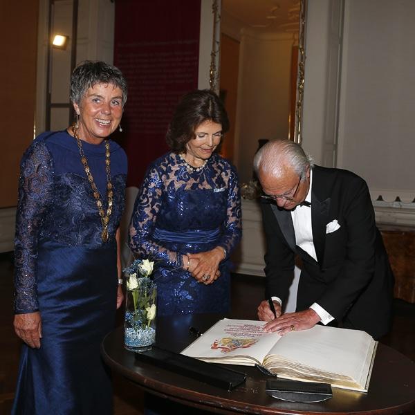 Schwedens König Carl Gustav trägt sich ins Goldene Buch der Stadt Bayreuth ein.