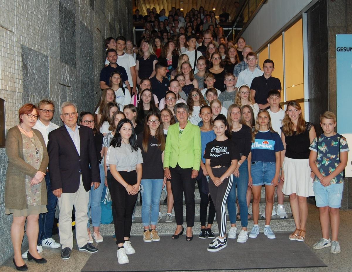 """Oberbürgermeisterin Brigitte Merk-Erbe umringt von mehr als 290 Schülerinnen und Schülern, die im vergangenen Schuljahr ein """"Freiwilliges Soziales Schuljahr"""" absolviert haben."""