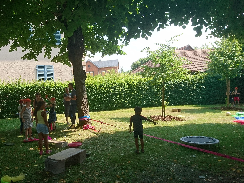 Spielmobil im Garten der Hammerstatt