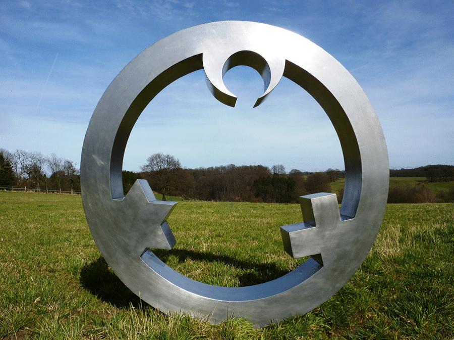 Skulptur ringförmig mit Symbolen der Religionen
