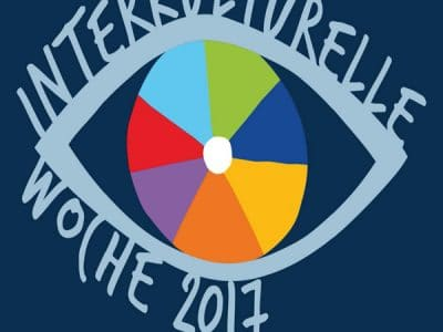 """Logo """"Interkulturelle Woche 2017"""" buntes Auge auf blauem Hintergrund"""