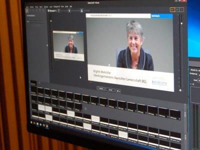 Bildschirm im Sitzungssaal