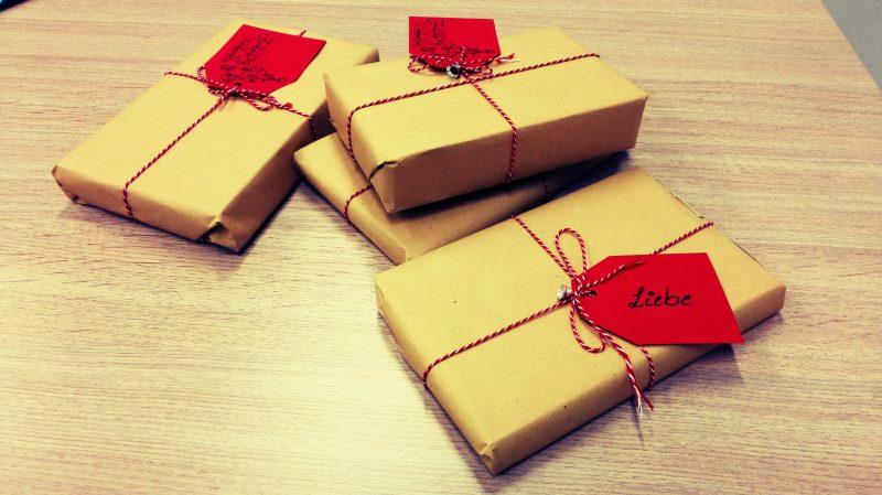 goldglänzende Geschenke mit rotem Band
