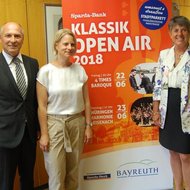 Stephan Kunz, Vertriebsleiter der Sparda-Bank in Bayreuth, Sabine Hacker, stellvertretende Leiterin des städtischen Kulturamtes, und Oberbürgermeisterin Brigitte Merk-Erbe.