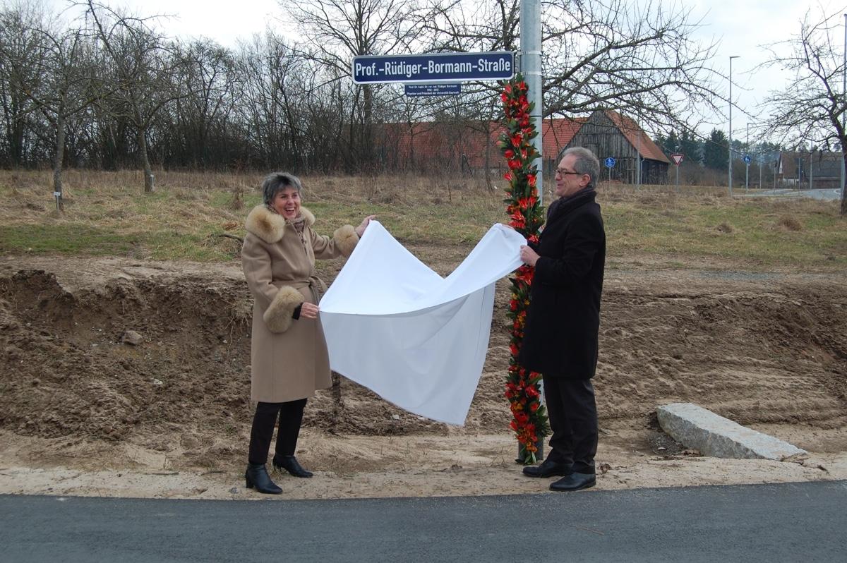 OB Merk-Erbe und Uni-Präsident Leible enthüllen das Straßenschild