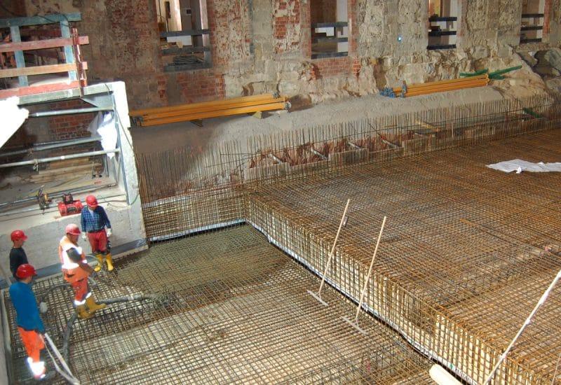 Bauarbeiten füllen Beton ein