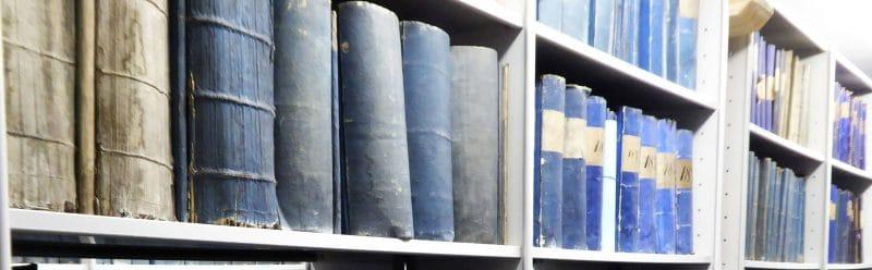 Blick auf Regale mit Rechnungsbänden im Magazin des Stadtarchivs Bayreuth