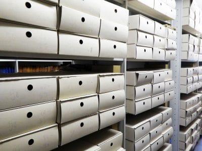 Blick auf die verpackten Archivalien des Bestandes Schlossarchiv Göppmannsbühl