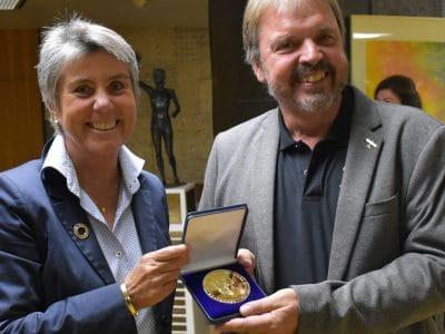 OB Merk-Erbe übergibt die Sportmedaille in Gold