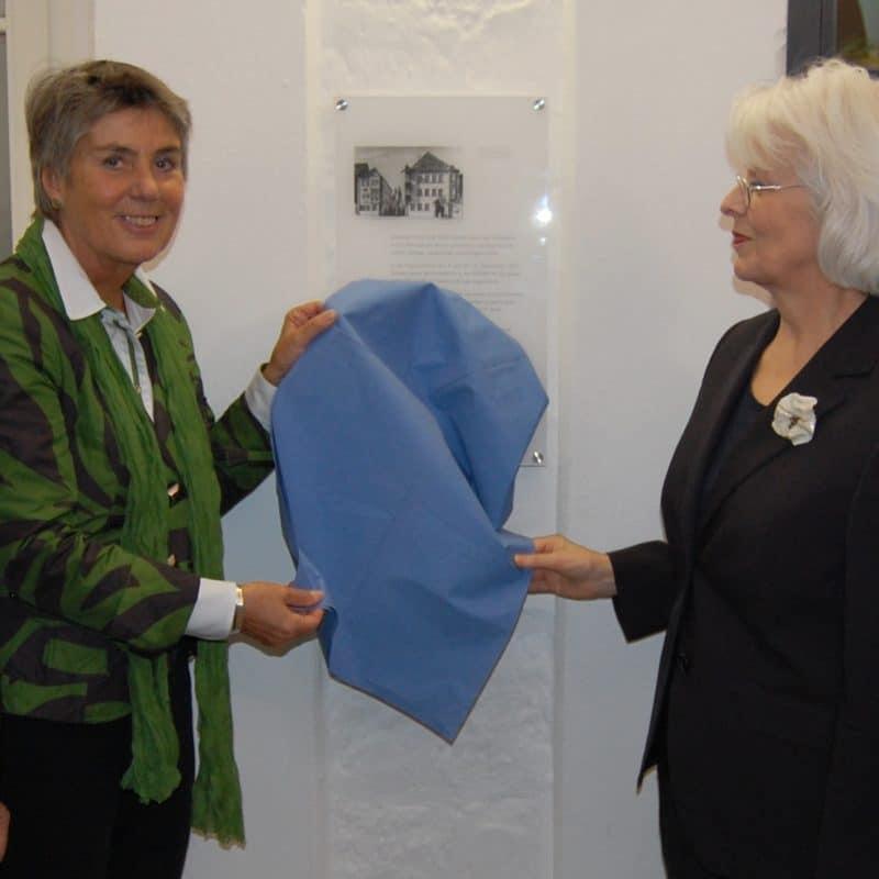 OB Merk-Erbe und Dr. Marina von Assel bei der Enthüllung der Gedenktafel.