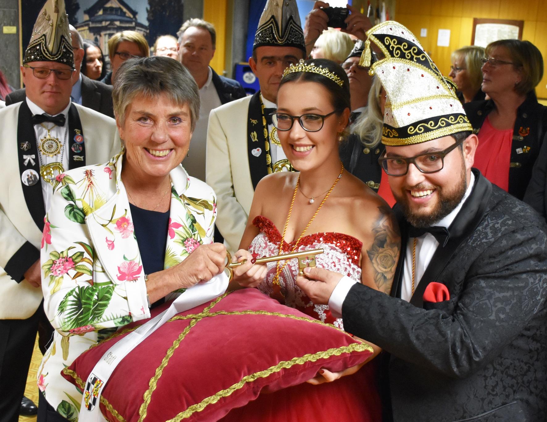 Schlüsselübergabe im Rathaus (von links): Oberbürgermeisterin Brigitte Merk-Erbe mit dem Faschingsprinzenpaar Sarah I. und Kai I. von der Faschingsgesellschaft Bayreuther Hexen.   Foto: Andreas Türk