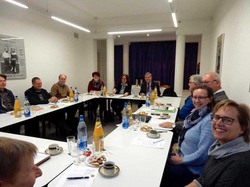 Blick in die Runde der Sitzung der Arbeitsgemeinschaft oberfränkischer KommunalarchivarInnen im Historischen Museum