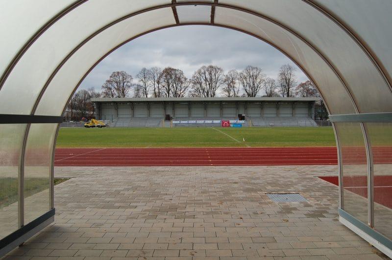 Die neue überdachte Stehtribüne des Hans-Walter-Wild-Stadions.
