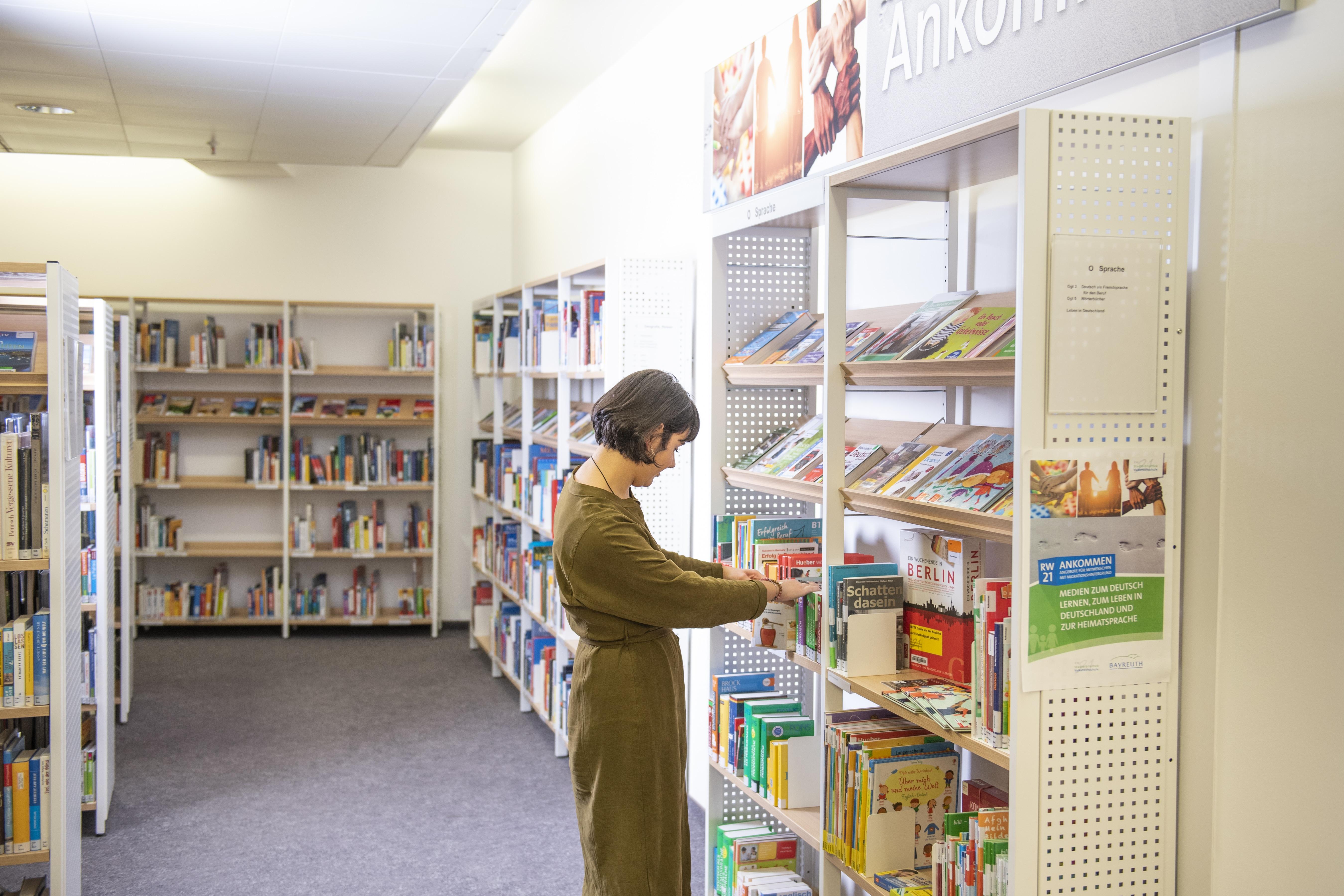 Bücherregal mit Frau