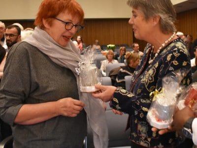 Oberbürgermeisterin Brigitte Merk-Erbe (Mitte) und der Asylkoordinator bei der Stadt Bayreuth, Ibukun Koussemou, bedankten sich bei den zahlreichen ehrenamtlichen Helfern, die sich für Flüchtlinge engagieren.