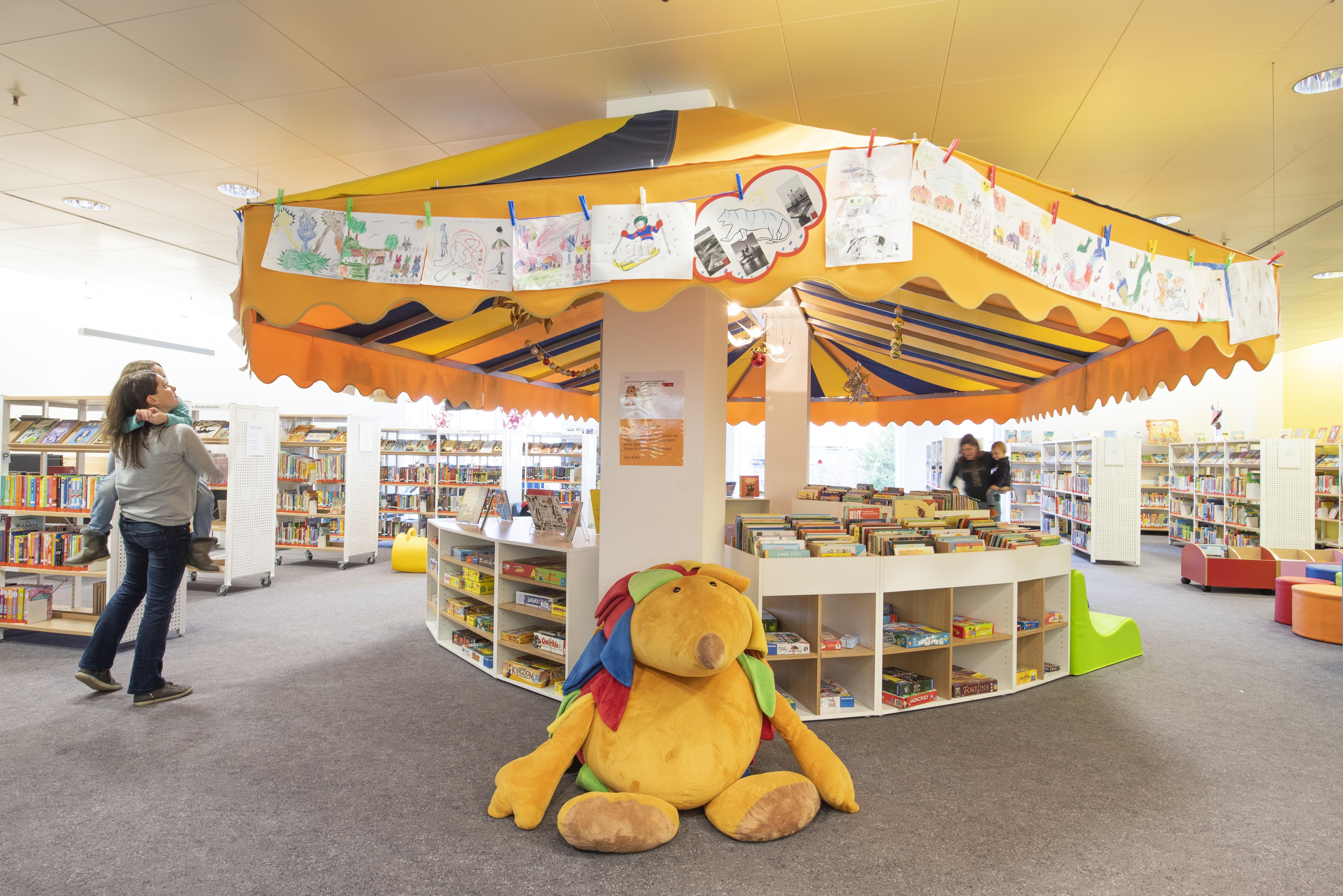 Raum mit Büchern und Schirmdach