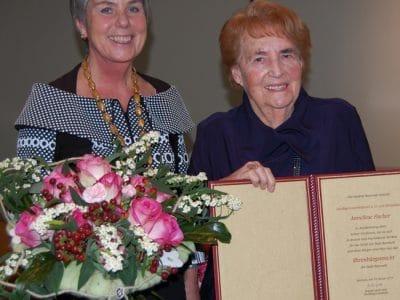 Oberbürgermeisterin Brigitte Merk-Erbe (links) zeichnet Anneliese Fischer mit der Ehrenbürgerwürde aus.