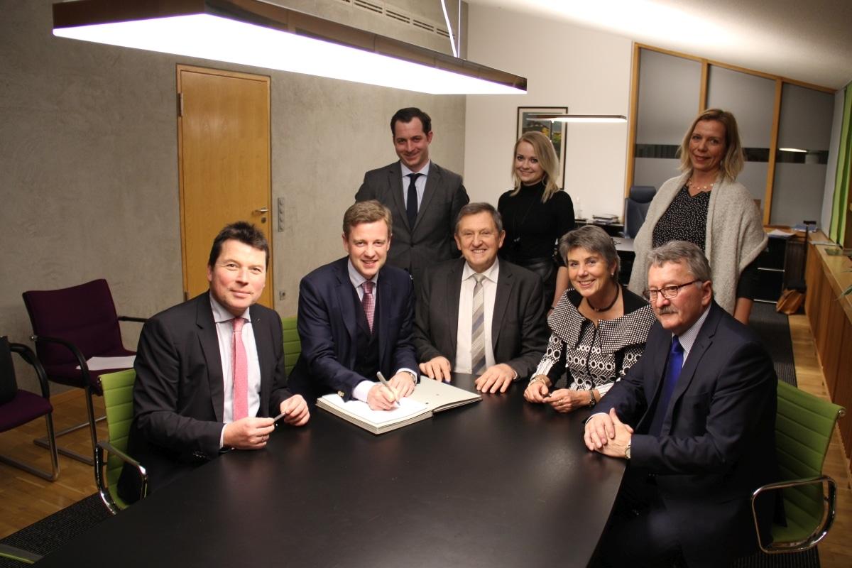 Landräte und Oberbürgermeister der Landkreise Bayreuth, Hof und Wunsiedel sowie der Städte Bayreuth und Hof mit Regionalmanagern aus den Regionen