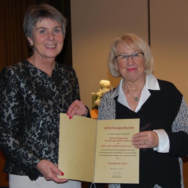 Oberbürgermeisterin Brigitte Merk-Erbe überreichte die Verleihungsurkunde an die 1. Vorsitzende der Selbsthilfegruppe Brigitte Hohlbach-Jenzen.