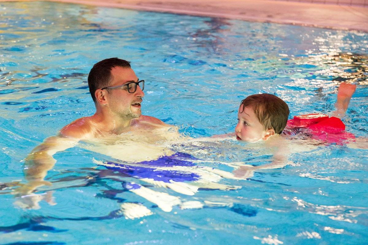 Stadtwerke-Mitarbeiter Michael Hampel bringt dem fünfjährigen Corvin das Schwimmen bei.