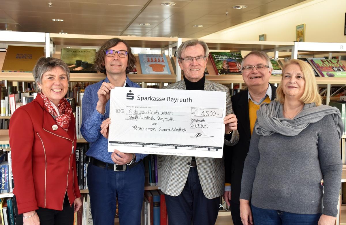 (von links): Oberbürgermeisterin Brigitte Merk-Erbe, Bibliotheksleiter Jörg Weinreich sowie Dr. Harald Rehm, Dr. Wolfgang Richter und Carla Feldmann vom Förderverein.   Foto: Andreas Türk