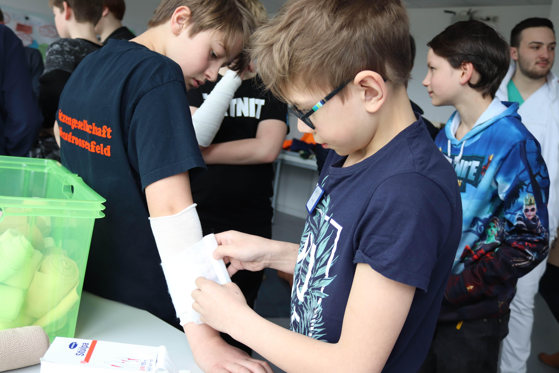 Verbände anlegen, Blutdruck messen und einen Verletzten in die stabile Seitenlage bringen - all dies lernten die Jungs beim Boys Day im Bezirkskrankenhaus Bayreuth