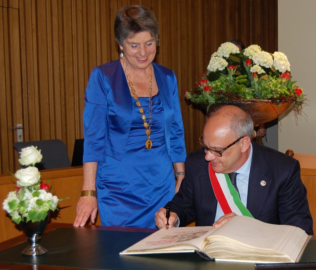 Paolo Asti, La Spezias Referent für Kultur und internationale Beziehungen, trägt sich ins Goldene Buch der Stadt Bayreuth ein.