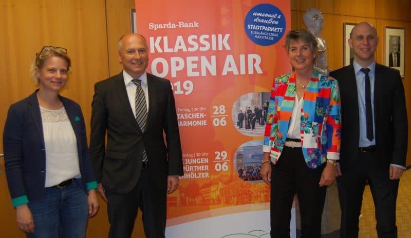 Stellten gemeinsam das Programm für das Sparda-Bank Klassik Open Air 2019 vor (von links): Sabine Hacker, stellvertretende Leiterin des Kulturamtes, Stephan Kunz, Vertriebsleiter der Sparda-Bank in Bayreuth, Oberbürgermeisterin Brigitte Merk-Erbe und der städtischen Kultur- und Tourismusreferent Benedikt Stegmayer.