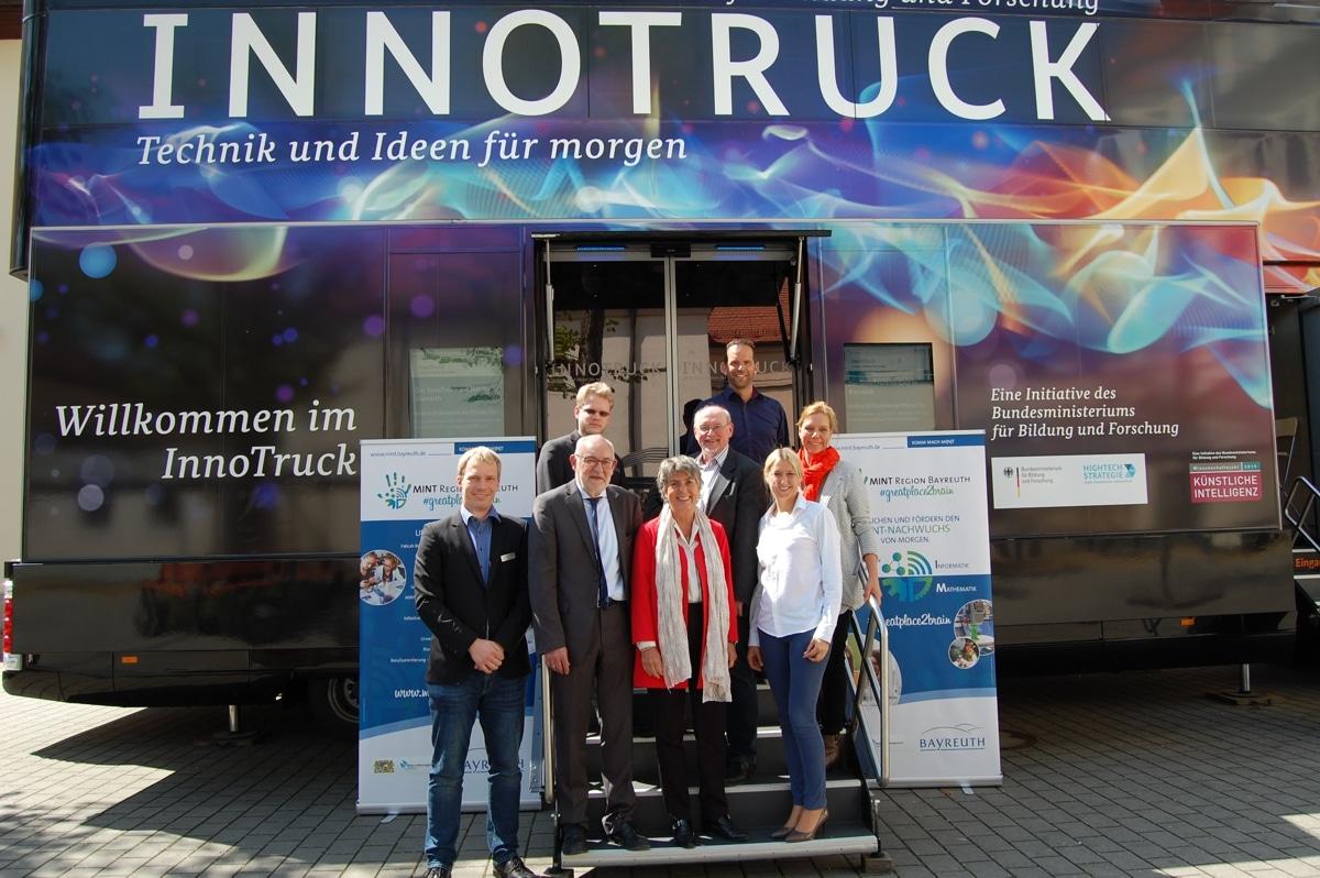Nahmen an einem Rundgang durch den InnoTruck teil: Oberbürgermeisterin Brigitte Merk-Erbe (Mitte) und Bundestagsabgeordnete Dr. Silke Launert (rechts daneben).