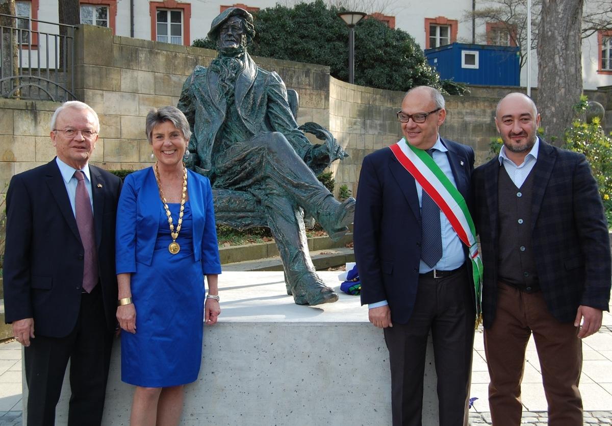 Enthüllten gemeinsam die Wagner-Skulptur auf dem La Spezia-Platz: Altoberbürgermeister Dr. Dieter Mronz, Oberbürgermeisterin Brigitte Merk-Erbe, Paolo Asti, La Spezias Referent für Kultur und internationale Beziehungen, und der Künstler Aidyn Zeinalov (von links).