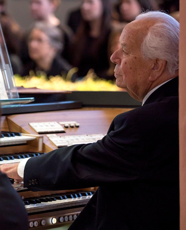 Viktor Lukas an der Orgel der Stadtkirche. | Foto: Andreas Harbach