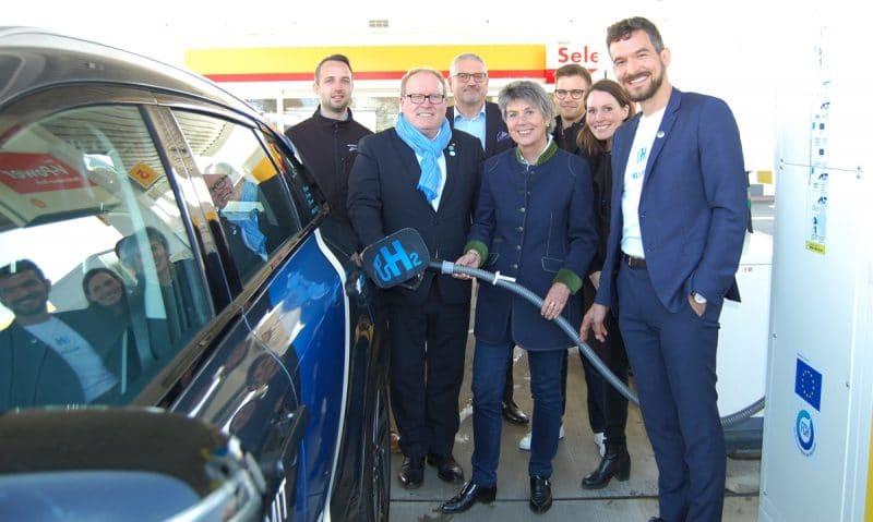 Oberbürgermeisterin Brigitte Merk-Erbe (Mitte) weiht gemeinsam mit Thomas Bystry, Projektleiter Shell Deutschland Oil GmbH (links daneben), und Lorenz Jung, Leiter Netzwerk bei der H2 Mobility Deutschland GmbH (rechts daneben), die neue Wasserstoff-Station an der Shell Tankstelle in Bayreuth ein.