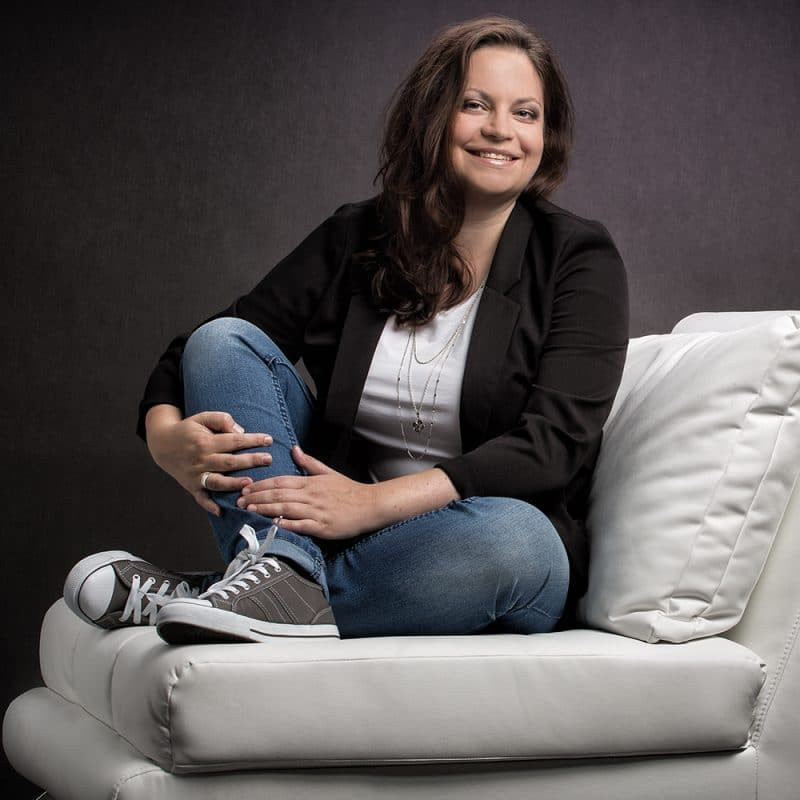 Frau sitzt auf weißem Sessel