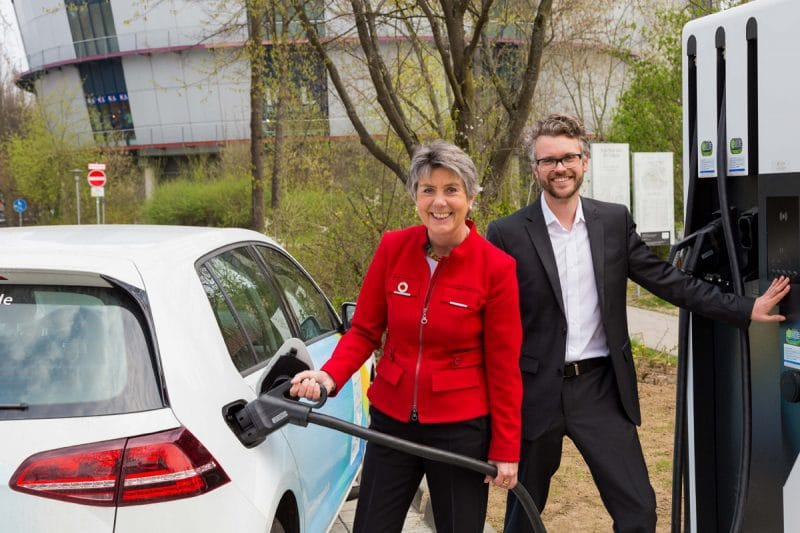 Oberbürgermeisterin Brigitte Merk-Erbe und Stadtwerke-Sprecher Jam Koch nehmen die Schnellladesäule am Sendelbach in Betrieb. | Foto: Stadtwerke Bayreuth