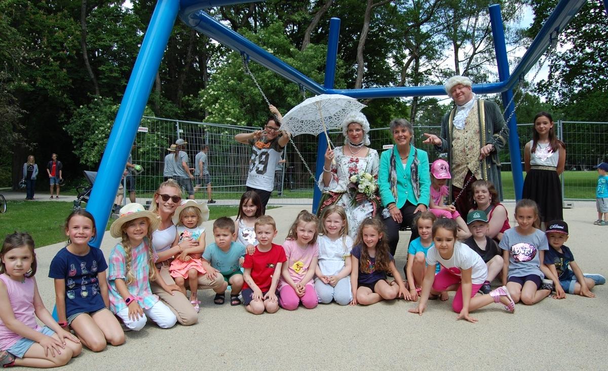 Kinder, die Markgrafen und OB Merk-Erbe auf dem Spielplatz