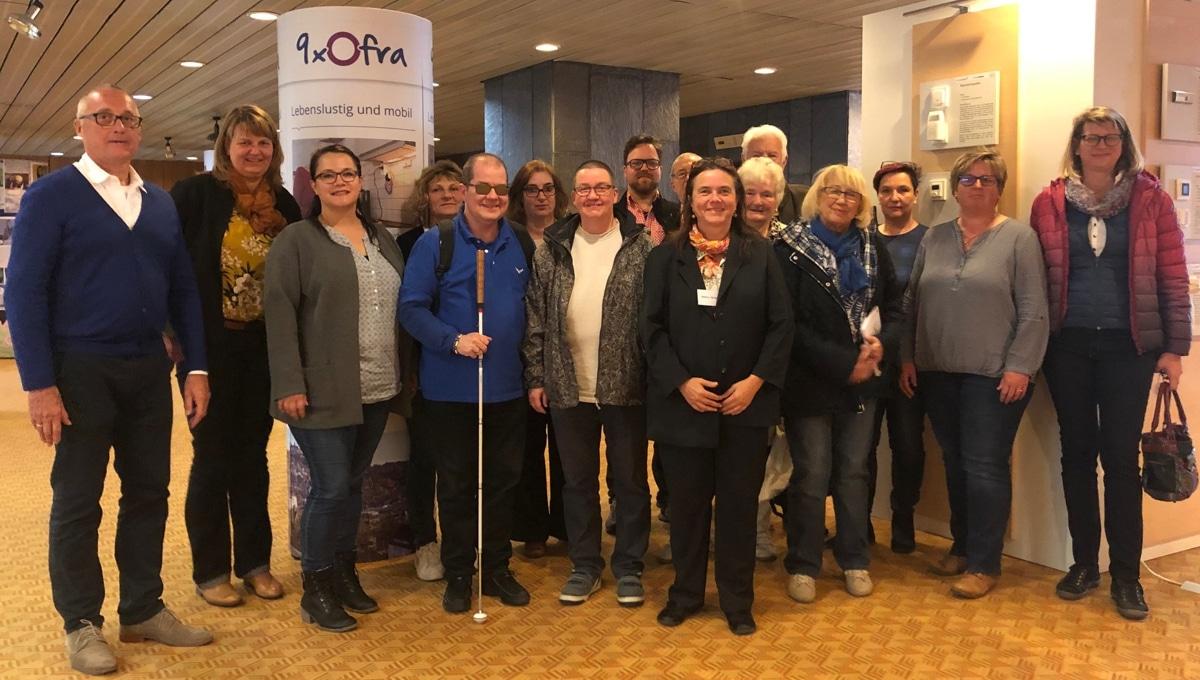 Die Seniorenbeauftragte Brigitte Nürnberger (2. von links) und die Behindertenbeauftragte Bettina Wurzel (6. von rechts) luden zu einem Informationsnachmittag ins Neue Rathaus ein.